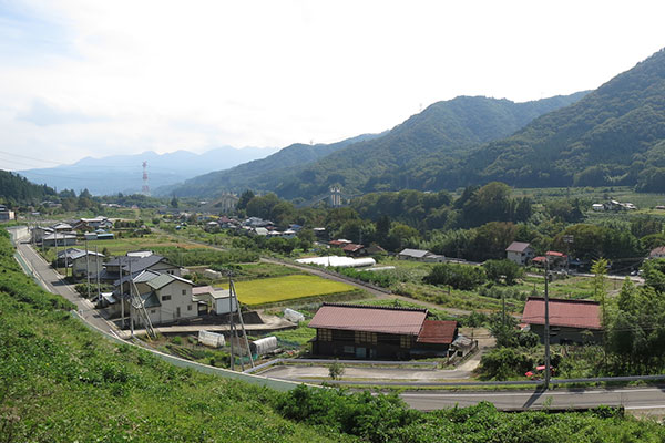 山道沿いの集落(東吾妻町三島付近)